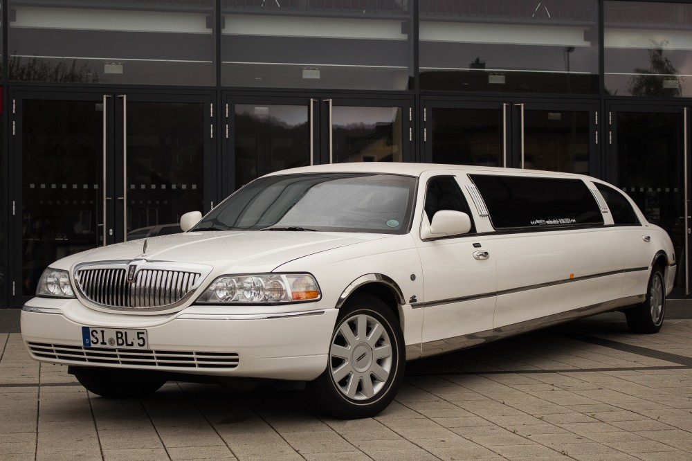 weisse lincoln town car stretchlimousine leihen in deiner. Black Bedroom Furniture Sets. Home Design Ideas